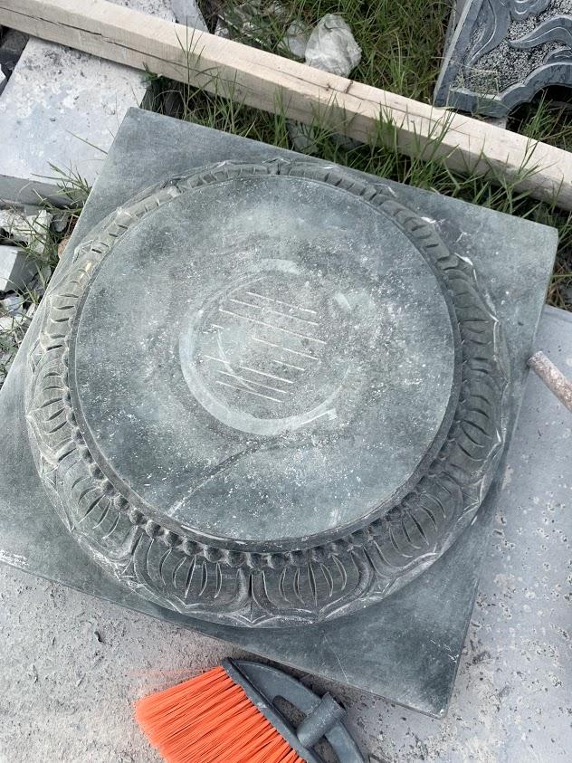 chân tảng đá xanh rêu
